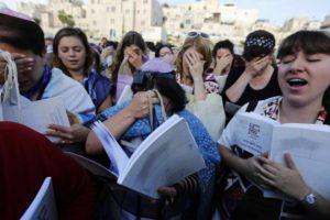 Imádkozó nők a Siratófalnál az elmúlt 100 évben