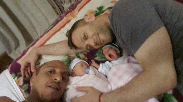 Ohad Hitman izraeli zenész és partnere a Nepálban született ikrekkel