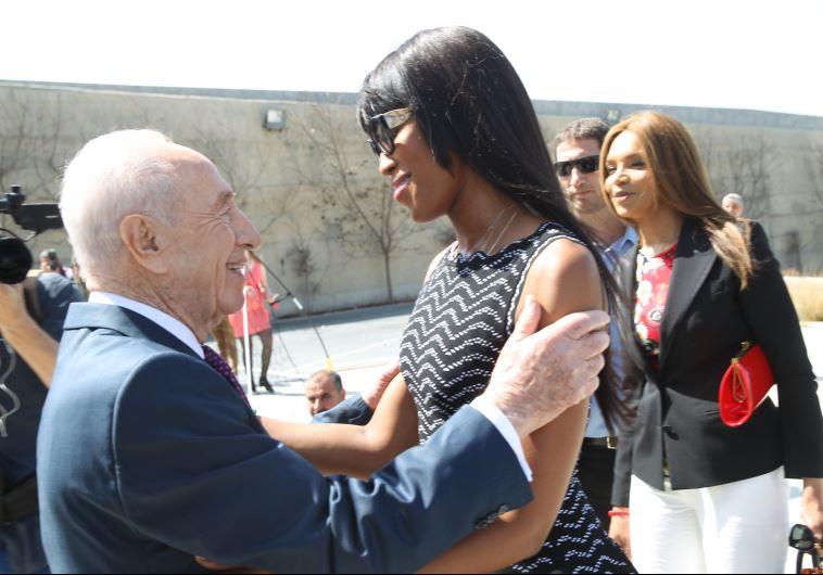 Peresz kitüntette a nőnapon Naomi Campbellt