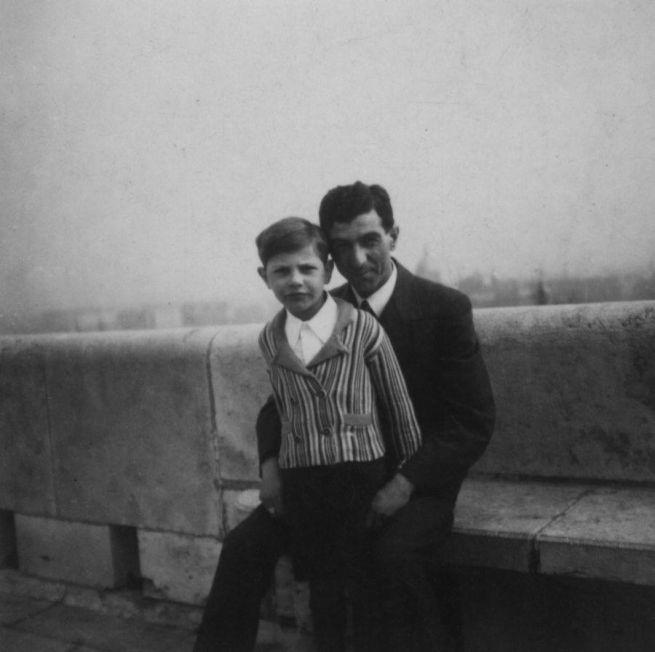 4 Édesapjával a budai várban 1937 körül
