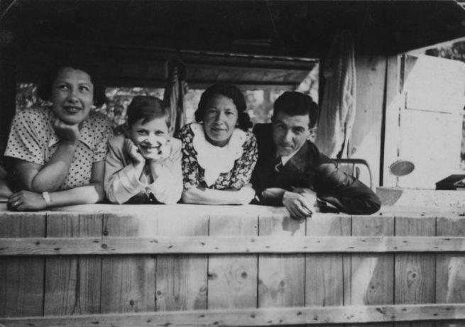 5 Szüleivel és nagynénjével Budakeszin 1937