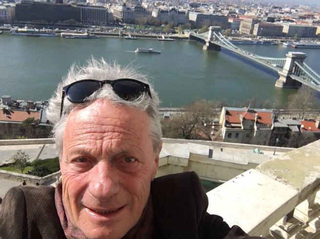 Bálint András szelfije a Nemzeti Galéria erkélyéről