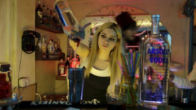 Dana Daqqaq bártenderként dolgozik a Sharqi bárban Damaszkusban