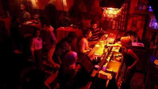 Dana itallal szolgálja ki a vendégeket a damaszkuszi Red Barban