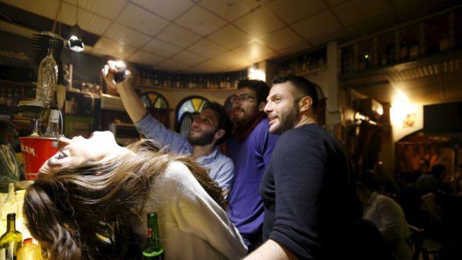 fiatalok szelfiznek a La Marionette nevű bárban Damaszkuszban 2016 márciusában