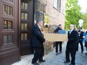 Elkezdődött a Margit-hídnál talált csontok átszállítása a Kozma utcai temetőbe