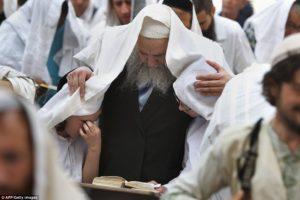 Több tízezren vettek részt a pészahi áldáson a Siratófalnál – KÉPEK!