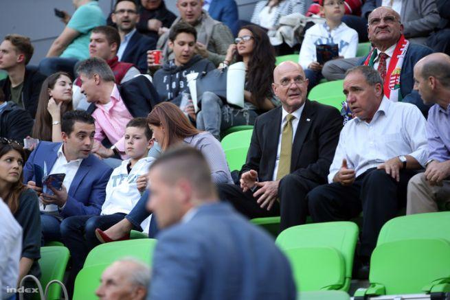 Vona Gábor és Ilan Mor izraeli nagykövet a Magyarország-Elefántcsontpart mérkőzésen, fotó: Huszti István