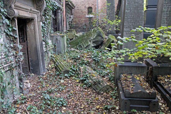 Évtizedes pusztulás nyomai a bejárattól jobbra álló kriptasoron