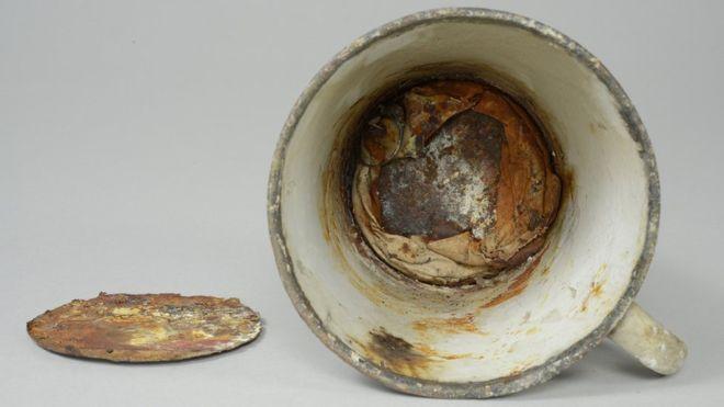 Hetven éven át őrizte titkát az auschwitzi koncentrációs táborból előkerült bádogbögre
