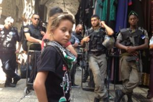 10 éves palesztin kislány a propaganda frontvonalában