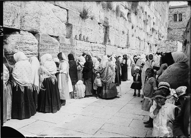 Zsidó hívők a Nyugati falnál 1898-ban: 1948 és 1967 között a jordániai megszállás alatt elűzték őket