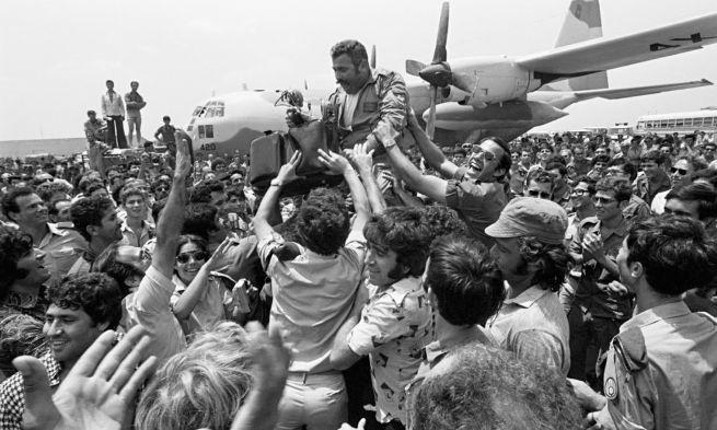 A mentőakció egyik vezetőjét emelik a magasba az ünneplő tömegek