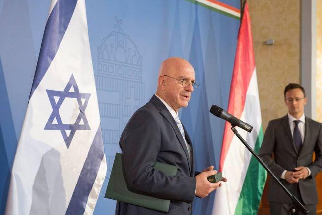 Ilan Mor, a háttérben Szijjártó Péter külgazdasági és külügyminiszter