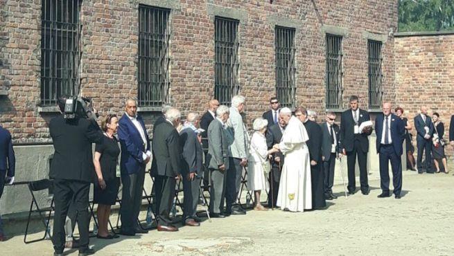 Ferenc pápa megáldja az auschwitzi haláltáborok 12 túlélőjét