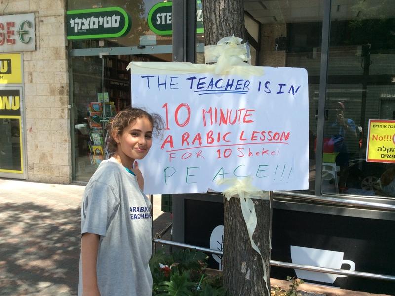 Jeruzsálem utcáin tanít arabul egy palesztin lány