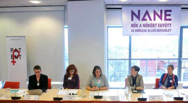 Ligeti Anna Sára (középen) a 16 akciónap a nők elleni erőszak ellen rendezvénysorozat konferenciáján