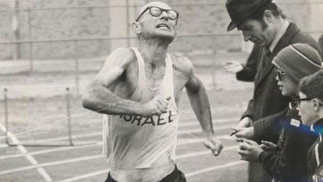 Saul Ladany az 50 mérföldes gyaloglás világcsúcsának megdöntésekor 1972-ben