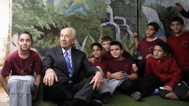Peresz az óvóhelyen tartózkodó sderoti gyerekek között