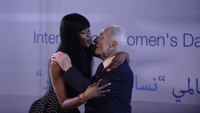 Naomi Campbell az akkor már valódi celebnek számító Pereszt ölelgeti