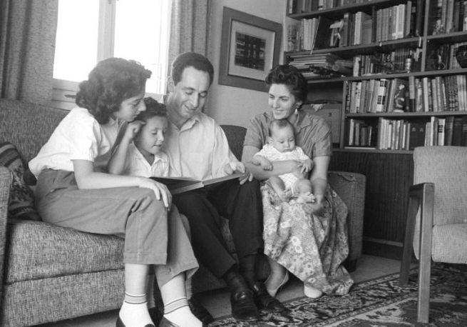 Simon és Szonja Peresz három gyermekével
