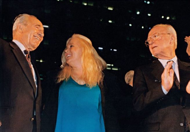Peresz egy békedemonstráción énekel Miri Alonival és Rabinnal 1995. november 4-én. Rabint nem sokkal később meggyilkolták.