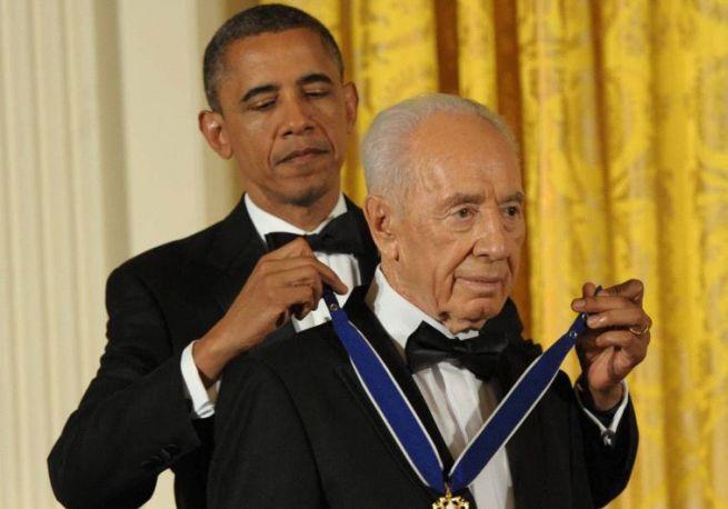 Barack Obama kitüntetést adományoz Simon Peresznek