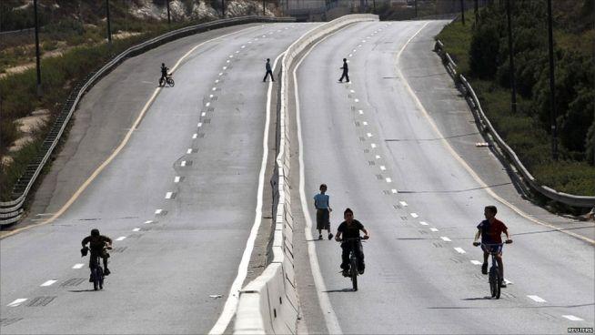 A gyerekek veszik birtokba az utakat a gépjármű-közlekedés leállása után