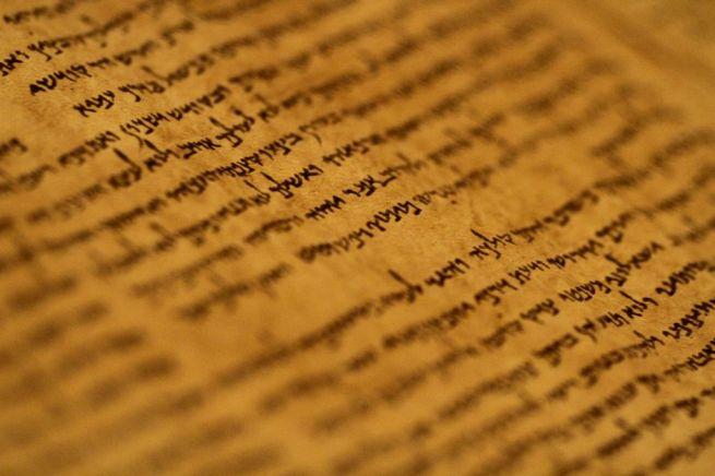 Kézirat a jeruzsálemi Izrael Múzeumban kiállított Holt-tengeri tekercsekből