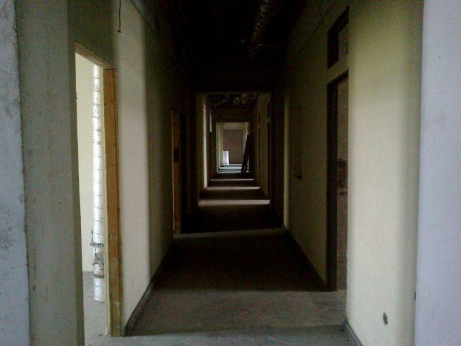 Az átalakított lakóépület egyik folyosója