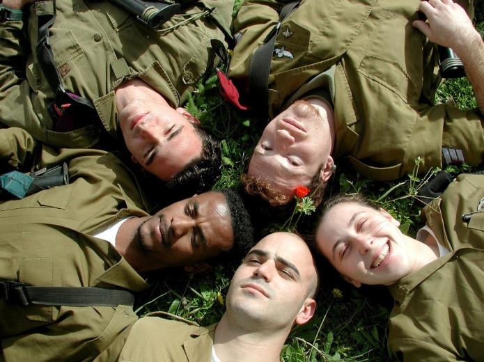 Jelnyelven éneklik az izraeli himnuszt a fogyatékkal élő katonák