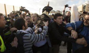 Különböző zsidó vallási irányzat képviselői estek egymásnak a Siratófalnál