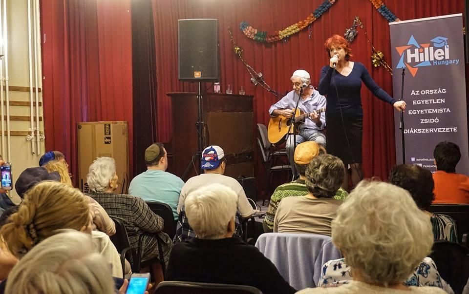 Hernádi Judit és Heilig Gábor tömegeket vonzott az idősek otthonába