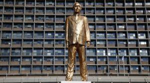 Netanjahu aranyszobrot kapott Tel-Aviv központi terén