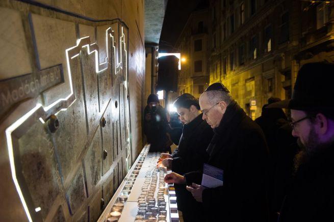Jószéf Amrani, Izrael budapesti nagykövete mécsest gyújt (Fotó: Koszticsák Szilárd/MTI)