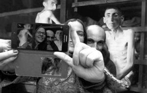 Keményen helyreteszi egy izraeli művész a berlini holokauszt-emlékműnél szelfizőket