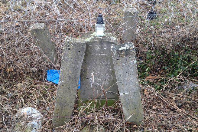 Klein Bertalan köve árválkodik az egykori temető sarkában.