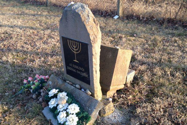 A parkoló falu felőli végében van egy művirágokkal elcsúnyított emlékkő, mely a holokauszt áldozataira utal. Az egykori temető helyén.