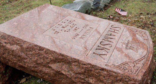 Egy ledöntött sírkő a St. Louis-i zsidó temetőben