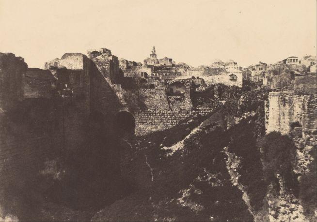 Fotó: Auguste Salzmann: A templom környéke, 1854