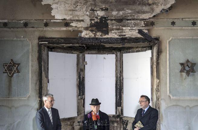 Soltész Miklós államtitkár, Kardos Péter főrabbi és Heisler András, a Mazsihisz elnöke a leégett zuglói zsinagógában (Fotó: Szigetváry Zsolt/MTI)