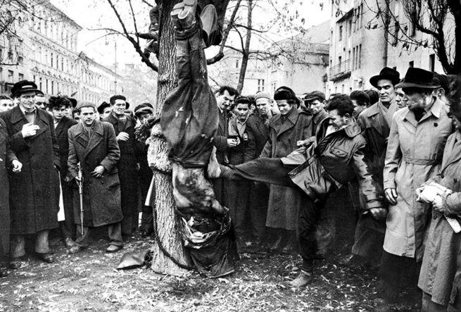 ÁVH-s lincselése 1956 októberében a Köztársaság téren