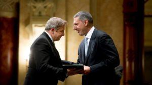 Antirasszista díjat kaptak, akik Bayer Zsolt miatt visszaadták a lovagkeresztjüket