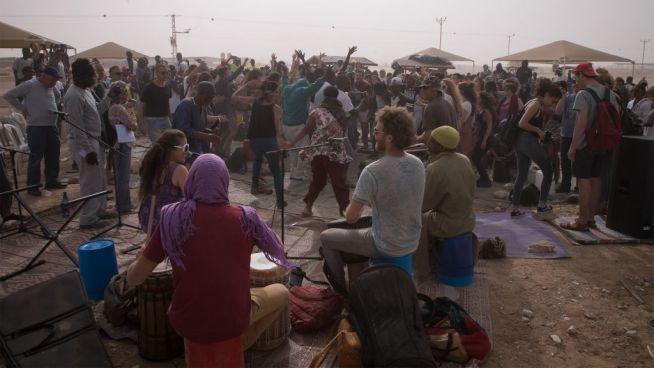 Ünneplés a Holot menekülttábor mellett