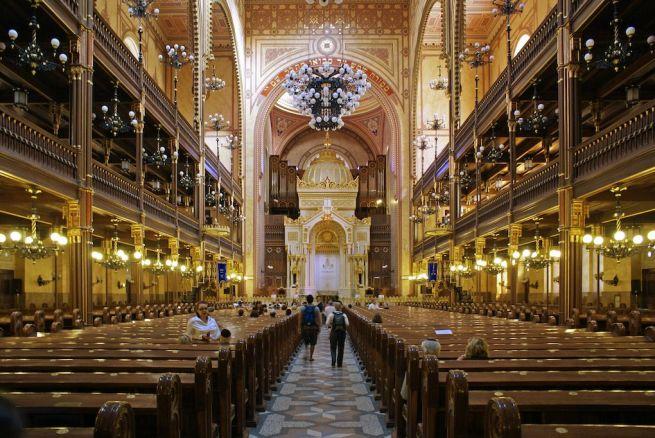 Turisták a Dohány utcai zsinagógában