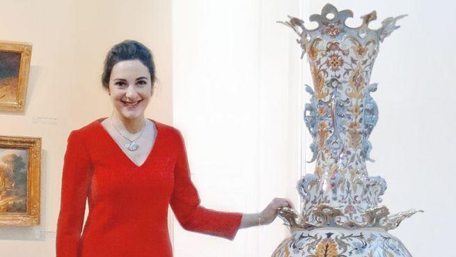 Kelen Anna az eddig ismert legnagyobb méretű Zsolnay-vázával (Fotó: Blikk)