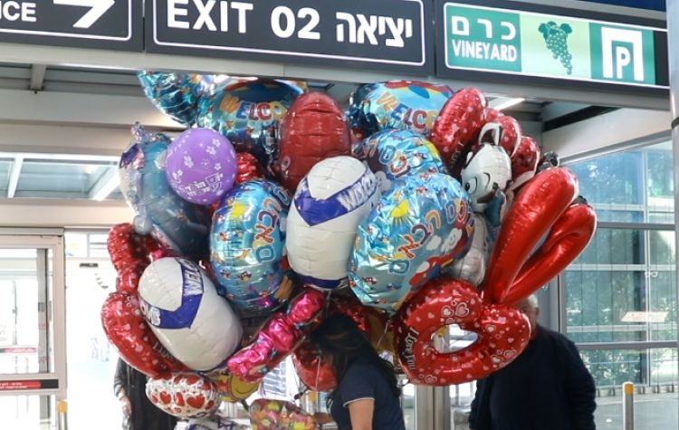 Így kerülnek beteg gyerekekhez az izraeli repülőtéren elszállt lufik