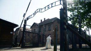 A pápa szerint a menekülttáborok olyanok, mint a koncentrációs lágerek