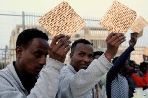 Menekültekkel együtt ünnepelték a peszahot a sivatag közepén