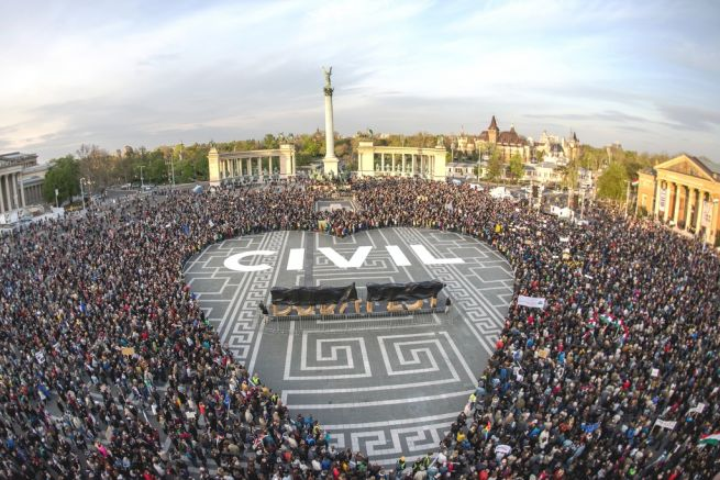 Hősök vétója - tüntetés a civilekért a Hősök terén (Fotó: Tóth Gergő/Népszava)